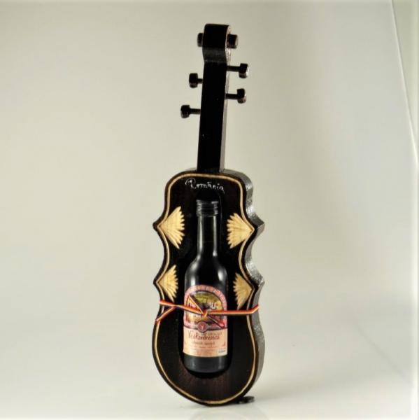 Suport din lemn vioara cu sticluta de vin