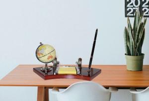 Set de birou cu pix, ceas, carnetel si glob pamantesc