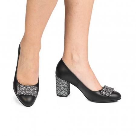 Pantofi cu toc gros negri din piele si funda decorativa