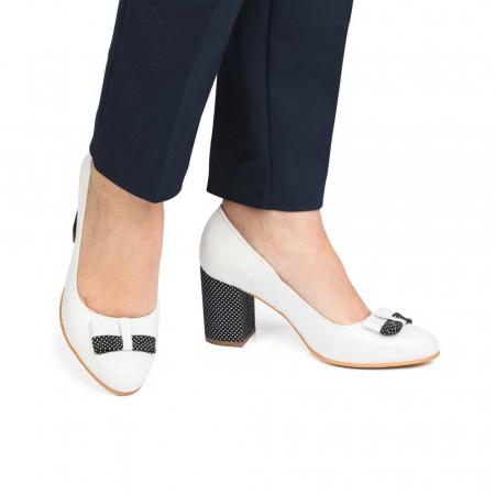 Pantofi cu toc gros albi din piele si funda decorativa