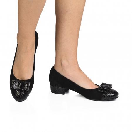 Pantofi negri cu toc mic din piele naturala