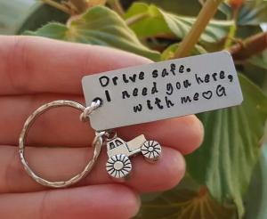 Breloc personalizat, Breloc Drive safe, I need you here with me,  gravat pe dreptunghi din aluminiu cu charm tractor