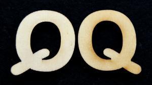 """Litera din lemn """"Q"""" - 3.2 x 3.5 x 0.2 cm"""