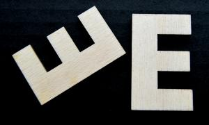 "Litera din lemn ""E"" - 4.5 x 2.7 x 0.4 cm"