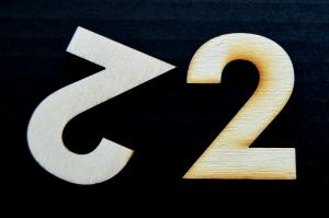 "Cifra din lemn ""2"" - 4.5 x 3.3 x 0.4 cm"