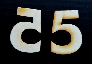 "Cifra din lemn ""5"" - 4.5 x 3.1 x 0.4 cm"