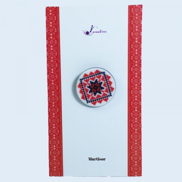 Martisor tip capsa cu motive traditionale romanesti, Multicolor, 2 cm