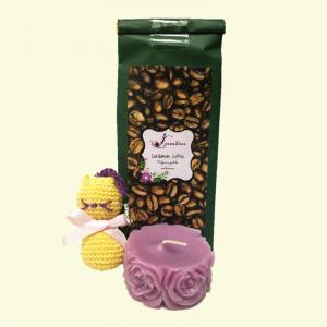 Set Cardamom Coffee, 100 g + Lumanare decorativa parfumata, cu aroma de Lavanda + Breloc crosetat sub forma de pisica