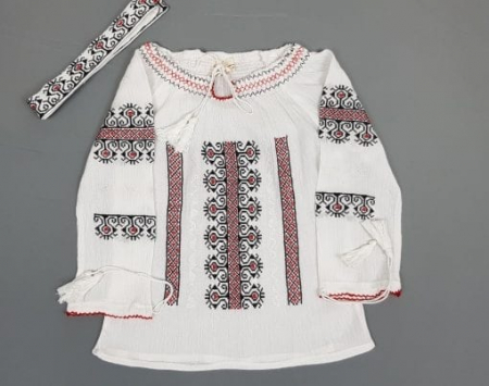 Ie traditionala Fetita Victoria