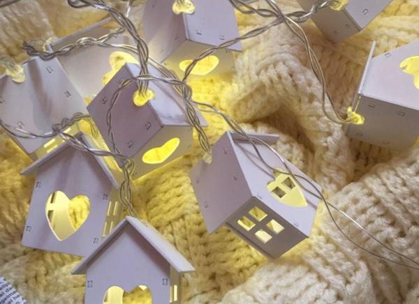 Instalatie de lumini LED Casute de Lemn 1