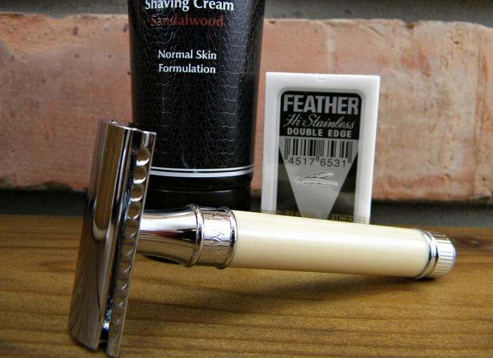 Set cadou aparat clasic cu lama de ras dubla si crema barbierit Sandalwood Edwin Jagger