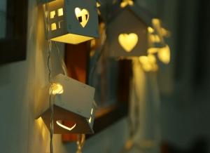 Instalatie de lumini LED Casute de Lemn