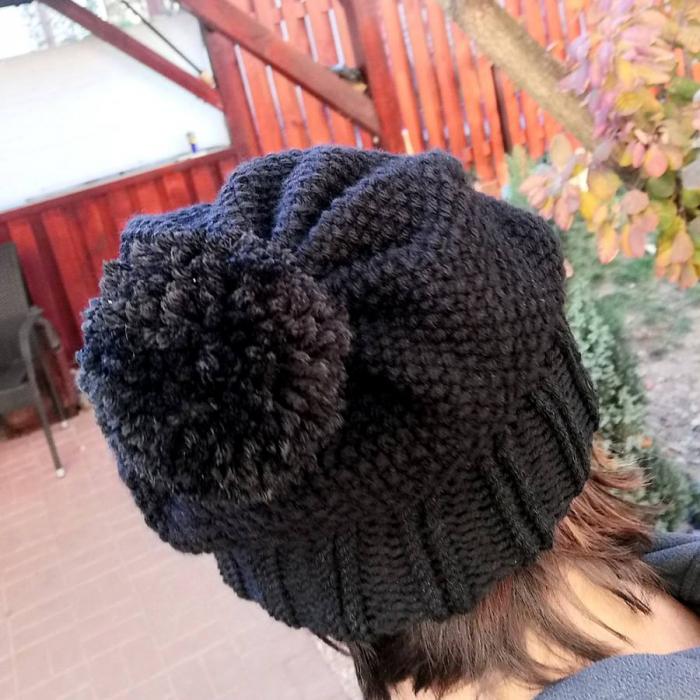 Caciula tricotată cu pompon